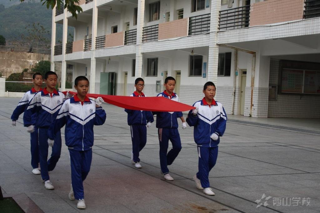 爱护学校公物,共建美丽校园——初中部第十周升旗仪式