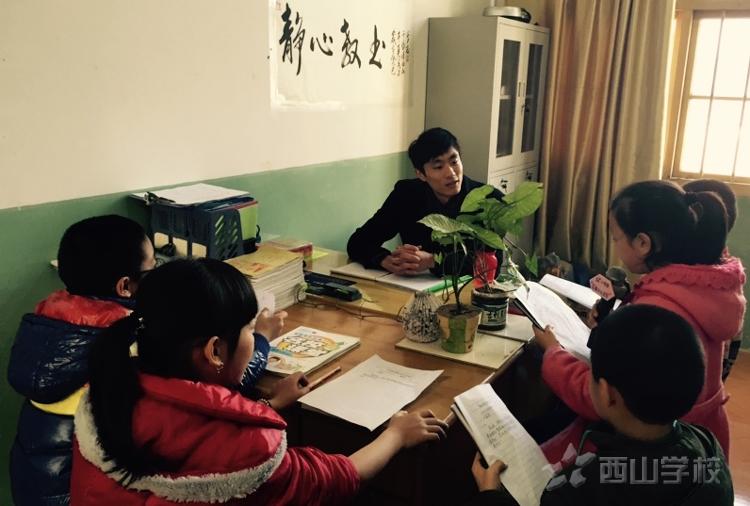 分享教育教学心得——红领巾小记者在行动采访毕业班教学副段长郑尊长老师