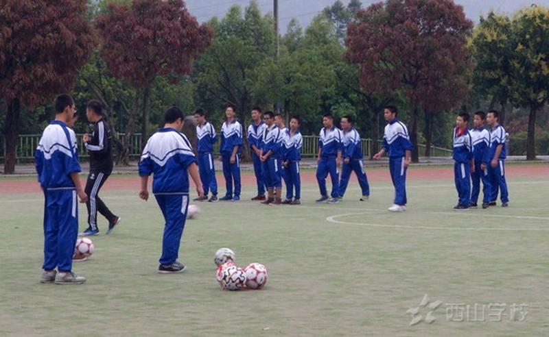 脚背正面运球—福建西山学校高中部李桐老师足球观摩
