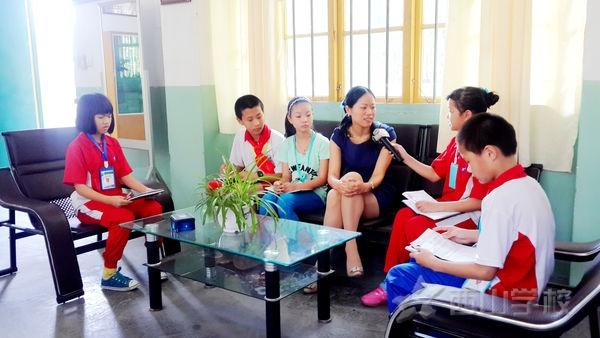 西山学校小学部红领巾小记者采访教务处主任黄瑞兰