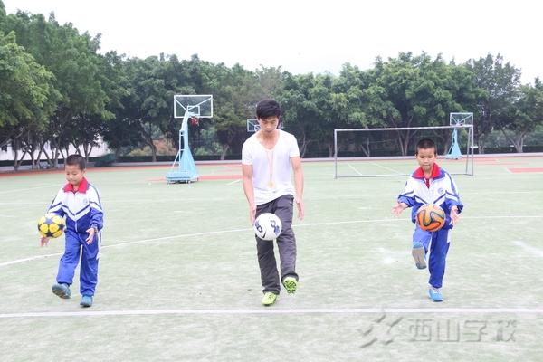 4,前腳掌踩球    動作要領:站在球的正后方20厘米處,踩球腳微曲圖片