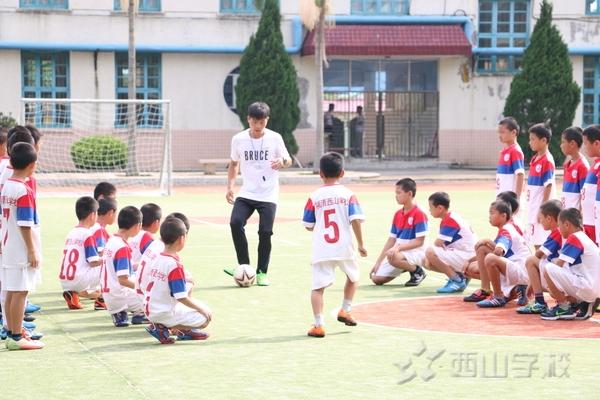 福建西山学校小学部在推动教学改革中,十分重视教研活动的开展和质量。足球教学是小学部的一个亮点课程,充分显示了学校体育特色教学的办学思路。在教学中,赖银生老师注重培养学生的足球兴趣,重点讲解了脚内侧传接球的要领和动作,并在演示的基础上加以强化训练,通过学生游戏、对练、示范等多种方法,让全体学生掌握了脚内侧传接球的基本方法。达到了这节课的教学目标,完成了教学任务。
