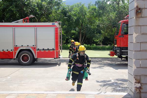 西山学校联合宏路消防中队开展消防安全实战演习